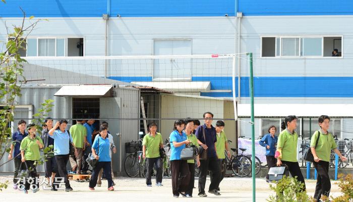 개성공단 J&J에서 근무하는 북한 노동자들이 점심식사를 하기 위해 식당으로 향하고 있다. 2013.09.17 /사진공동취재단