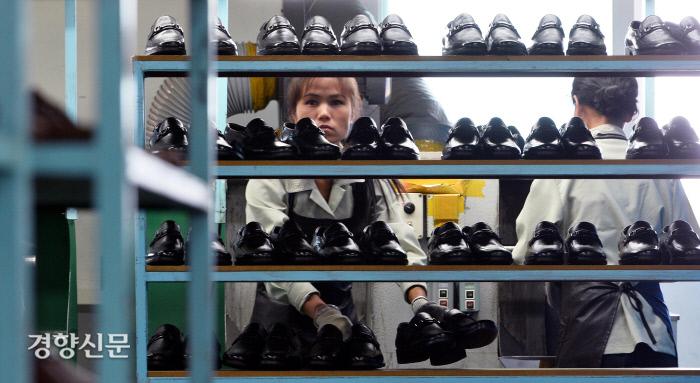 개성공단 J&J에서 근무하는 한 북한 노동자가 생산된 신발을 정리하고 있다. 2013.09.17 /사진공동취재단