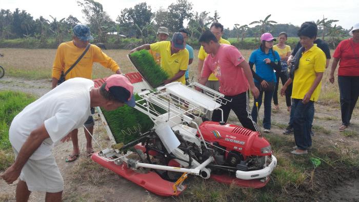 농촌진흥청이 시행하는 '해외농업기술개발사업'의 일환으로 필리핀코피아센터 관계자들이 필리핀 현지 농민들에게 이양기 사용법을 가르치고 있다.  농촌진흥청 제공