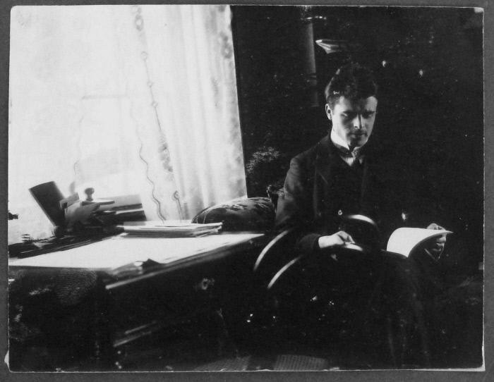 1906-1908 년경 로르 샤흐는 스위스 취리히에서 책을 읽었습니다.  업장 제공