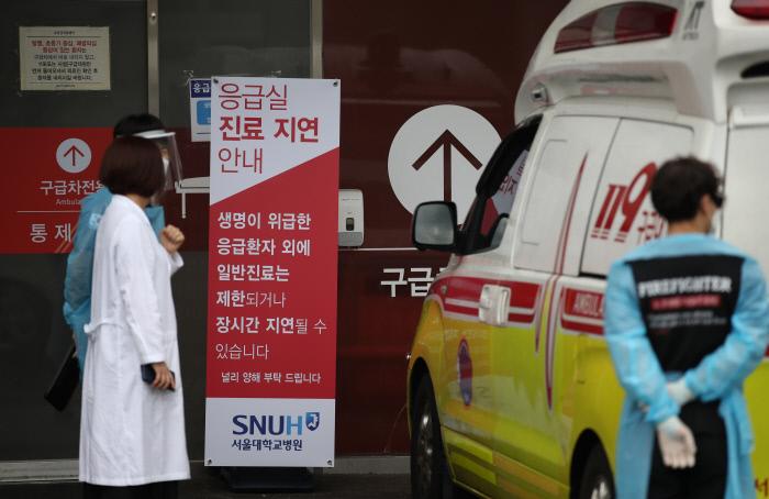 정부의 보건의료정책에 반대하는 대한의사협회의 집단휴진이 셋째 날을 맞은 28일 오후 서울대학교 병원 응급의료센터에서 구급대원이 대기하고 있다. 연합뉴스