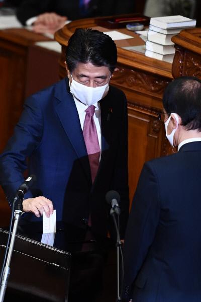 아베 신조 전 일본 총리가 16 일 하원에서 열린 후임 총리 선출 투표에 참여했다.  도쿄 |  AFP 연합 뉴스
