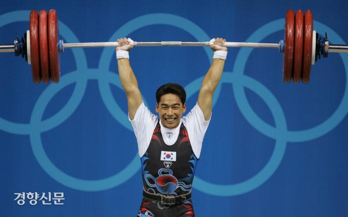 2004년 8월 아테네 올림픽 역도 경기에서 이배영 선수가 190kg을 들어올리며 은메달을 획득하고 있다. 이날 활짝 웃는 모습으로 인해 '미소천사'라는 별명을 얻게 된다. / 연합뉴스