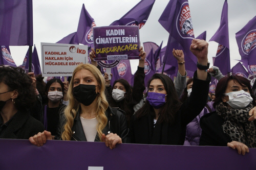 레제프 타이이프 에르도안 터키 대통령이 이스탄불 조약에서 탈퇴하겠다고  선언하자 시민들이 지난 3월20일(현지시간) 이스탄불에 모여 탈퇴 반대 시위를 벌이고 있다. 이스탄불|AP연합뉴스