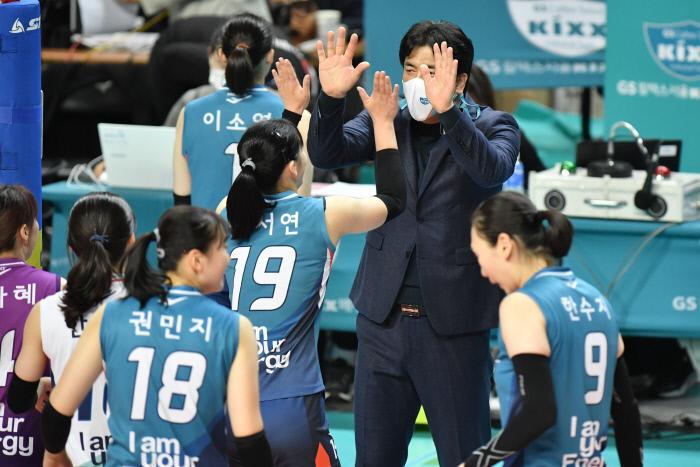 차상현 GS칼텍스 감독이 도드람 2020~2021 V리그 여자부 경기에서 승리한 뒤 선수들과 하이파이브하고 있다. KOVO 제공