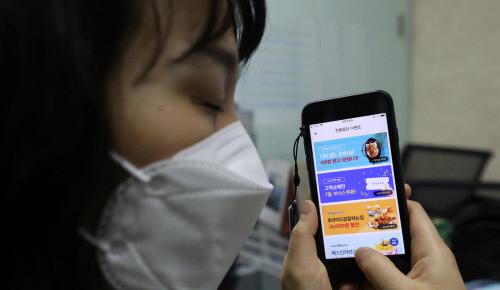 시각장애인 하유리씨가 배달앱 '배달의 민족'을 이용해 음식 주문을 시도하고 있다. 권도현 기자