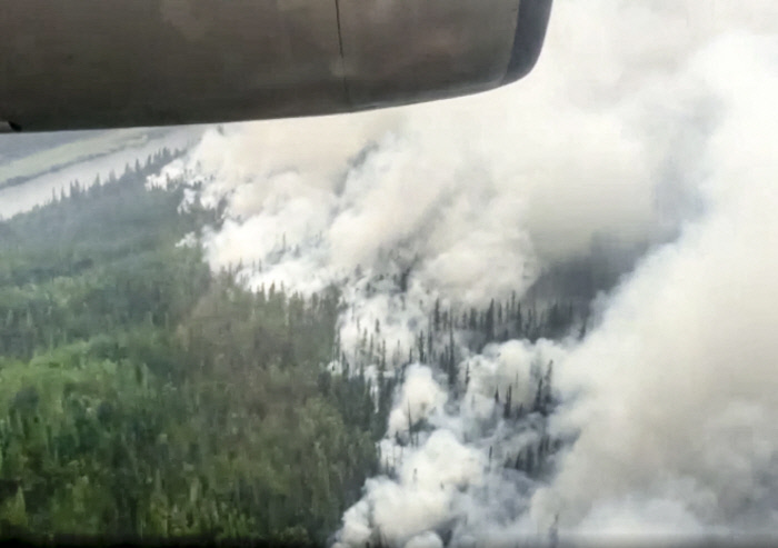 """<b>Heatwave, heavy rain, drought, forest fire…  A global village suffering</b> Firefighters from the Klamath Falls, Oregon area work all night to extinguish a fire in the western United States amid a massive wildfire caused by heatwave and drought.  On the 18th, houses in a village in the German Rhineland-Palatinate were torn apart in a record flood for the first time in 100 years.  The Sakha Republic in the Russian Far East, which is called the 'coldest city in the world', with the temperature in the middle of winter dropping to minus 50 degrees Celsius, is also suffering from wildfires due to the hot and dry weather for the first time in 150 years (from the photo above).  AFP/AP Yonhap News""""/><br /> </source></picture> <p class="""