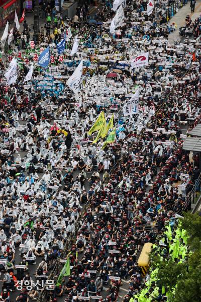 민주노총 소속 조합원들이 지난 3일 서울 종로3가 일대에서 '전국노동자대회'를 열고 있다. 이준헌 기자