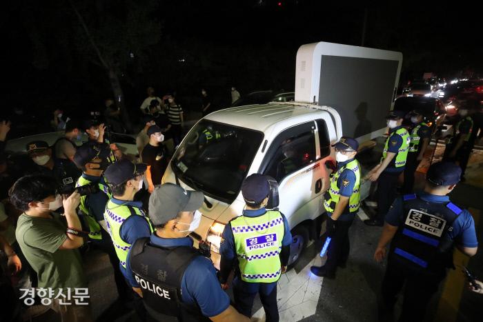 경찰이 지난 14일 여의도공원에서 열린 '전국 자영업자비상대책위 기자회견' 진입 차량을 통제하고 있다. 권도현 기자