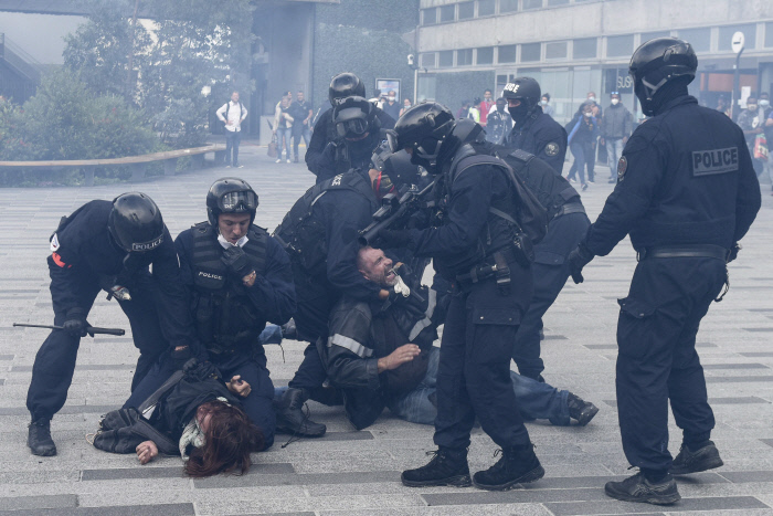 """<b>Clashes with police on a street full of marches</b> Protests have been held across France when the French government, in the midst of the 4th COVID-19 pandemic, requires that people present their COVID-19 vaccine certificates when entering multi-use facilities such as movie theaters and gyms.  In Marseille on the 24th (local time), people holding placards reading 'Freedom, Equality and Fraternity' marched on a large scale (pictured above), and a protest in Nantes led to clashes with the police and two people were arrested at the scene.  AFP Yonhap News""""/><br />                                 </source></picture><figcaption class="""