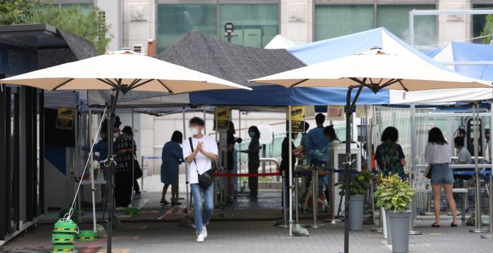 28일 서울 은평구 보건소 선별진료소에 그늘막 등이 설치돼 있다. 연합뉴스