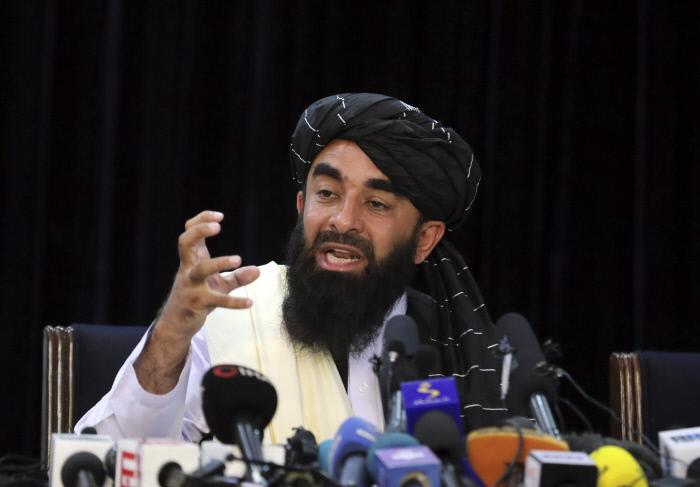 """자비훌라 무자히드 탈레반 대변인이 8월 17일(현지시간) 카불 장악 후 첫 기자회견을 열고 """"이슬람 율법의 틀 안에서 여성의 권리와 언론의 독립적 활동을 허용하겠다""""고 밝히고 있다.  AP연합뉴스"""