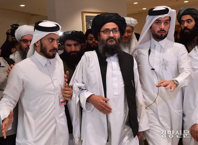 탈레반의 실질적 지도자인 물라 압둘 가니 바라다르(가운데)가 8월 17일(현지시간) 칸다하르 공항을 통해 아프간에 입성했다.  AFP연합뉴스