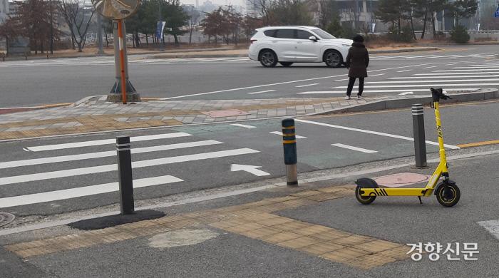 대전시내 한 교차로의 점자블록 바로 앞에 공유 전동킥보드가 주차돼 있다. 윤희일 선임기자